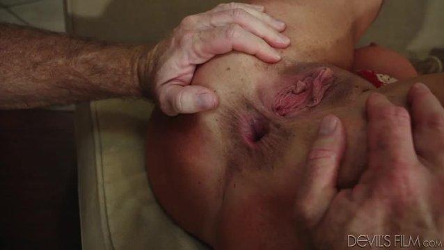 Взрослый мужик трахает старуху в жопу