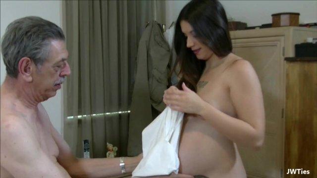 Дедушка нежно выебал беременную внучку