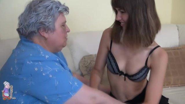 Внучка извращенка трахается со своей бабушкой