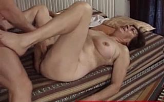 Мускулистый парень трахает бабушку в пизду