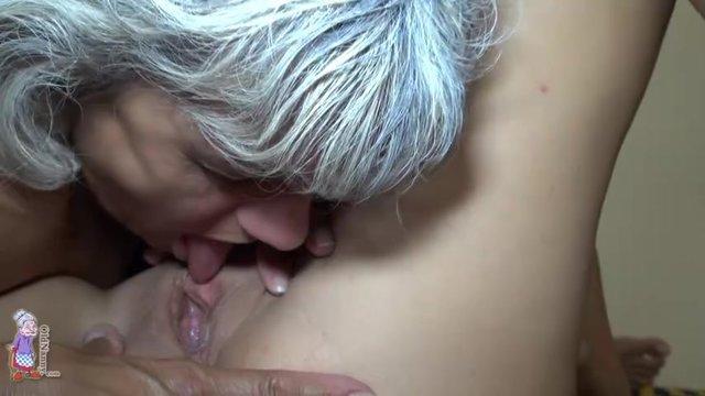Извращенная бабушка делает внучке куни