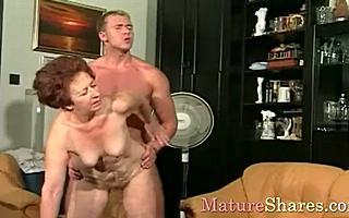 Бабушка в парике трахается с молоденьким парнем