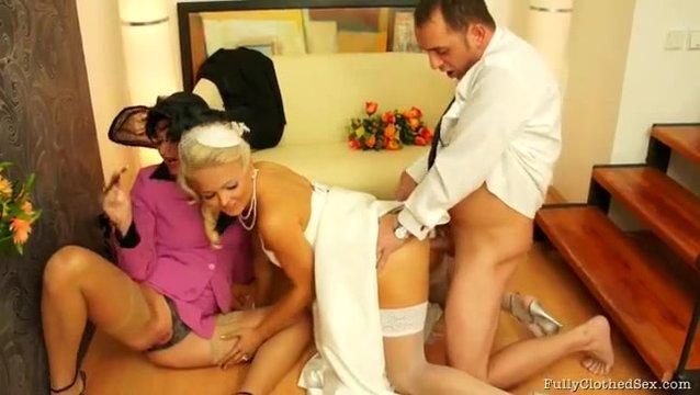 Муж трахает невесту и ее мать перед свадьбой