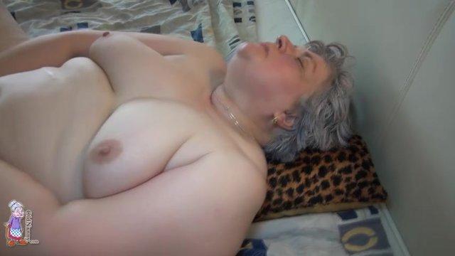 Толстая старуха мастурбирует письку как последний раз в жизни