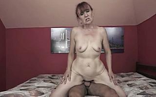 Бабка кончает на члене от вагинального секса