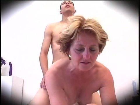 Бабушка бурно кончила от анального секса с молодым
