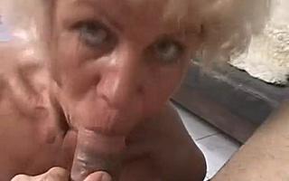 Старая бабуля трахается как первый раз в жизни