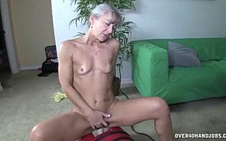 Стройную бабушку трахает секс машина