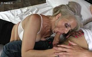 Трахает бабушку в волосатое влагалище