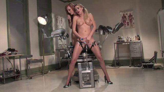 Красивые высокие лесбиянки трахают друг друга секс-машиной