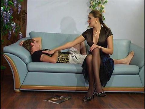 Пожилая дама разбудила молодого друга минетом