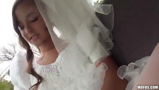 Невеста сосет у друга жениха пока едет на свадьбу в машине