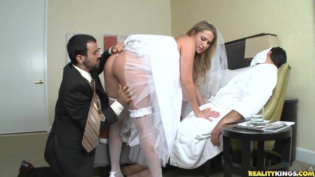 Пока пьяный жених спит свидетель трахает невесту